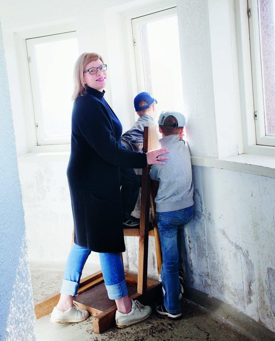 """Minnamaria ja pojat Pyynikin näkötornissa. """"On aina yhtä hauskaa yrittää tornista kurkkimalla löytää oma kotitalo."""""""