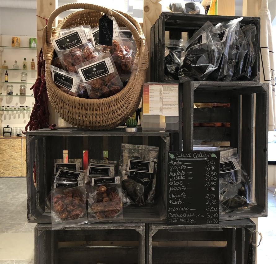 Kaupan valikoimissa olevat toistakymmentä eri kuivattua chiliä voi kuulostaa liiottelulta, mutta meksikossa jokaisella chilillä on tärkeä paikka mole-kastikkeiden ja marinadien teossa. Kuivatuista chileistä voi löytää mm. hedelmäisiä tai savuisia aromeja.