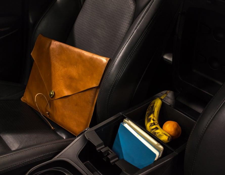 Hyundain keskikonsolissa aukesi käsinojan alta todella tilava säilytyslokero, joka vetää niin kalenterit kuin pikkutavaratkin. Kätsyä, sillä näin autossa käytössä olevat tavarat pysyvät järjestyksessä ajon aikana.