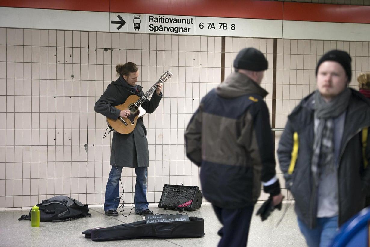 Henry Vistbacka, 32, soittaa usein Sörnäisten metroasemalla.