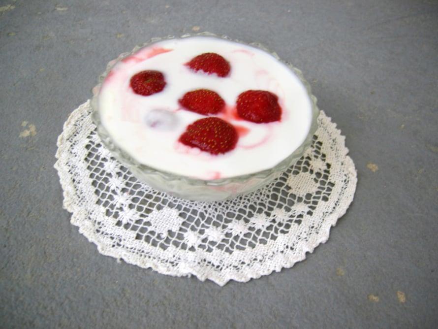 Tinkimaidosta valmistettu omatekoinen jogurtti yhdistettynä tuoreisiin mansikoihin. Tässä on se parempi versio lapsuuden mansikkamaidosta. -Anne