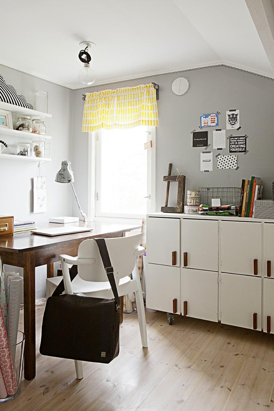Työhuoneen puinen lokerokaappi löytyi Tonin vanhempien autotallista. Domus-tuoli on ostettu nettihuutokaupasta.