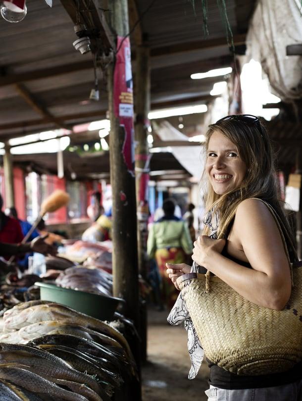 38-vuotias opetussektorin koordinaattori Elina Penttinen asuu miesystävänsä kanssa Mosambikin Maputossa. Kalat hän ostaa paikalliselta kalatorilta.