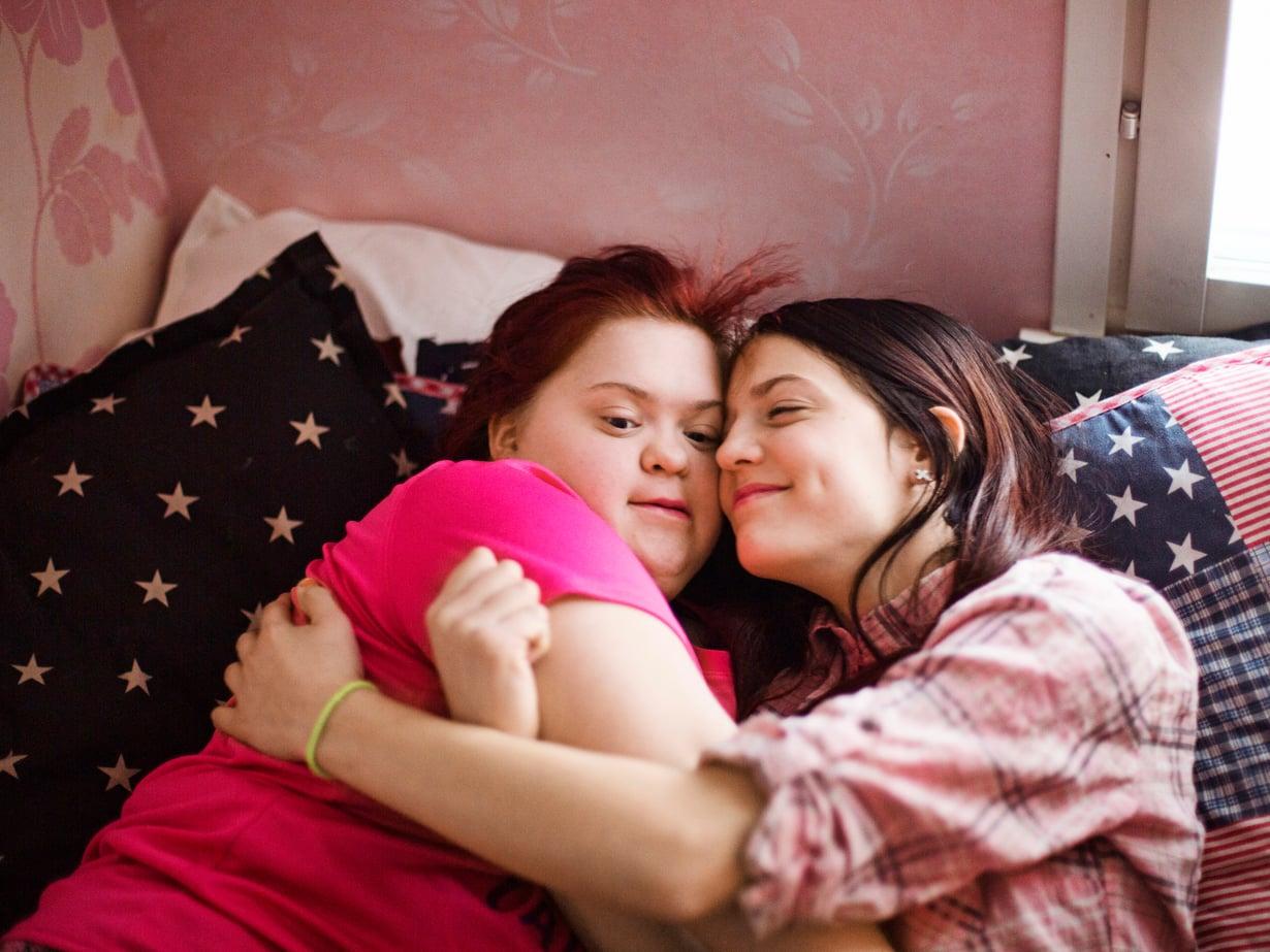 15-vuotiailla Jennalla ja Jasminilla on omat huoneet, mutta Jenna nukkuisi mieluiten Jasminin vieressä.