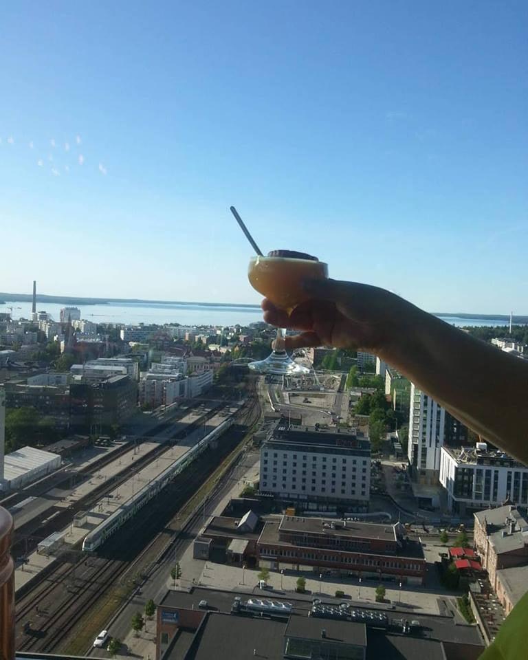 Yhdet drinksut isojen uutisten kunniaksi Tampereen kattojen yllä.  Oli kyllä upeet maisemat!