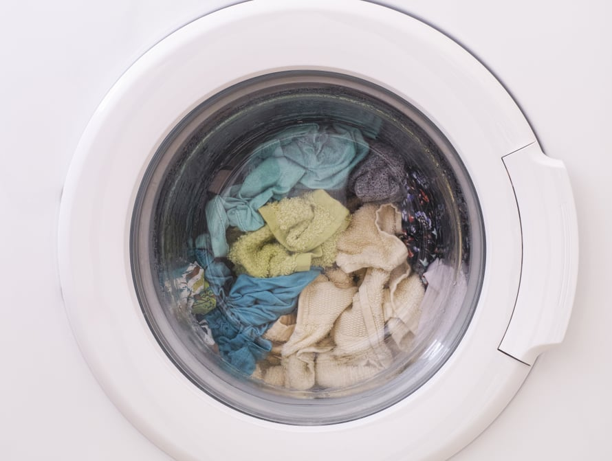 Pyykkikone pesee pyykkejä mutta auts, taas on unohtunut se koneen puhdistaminen.