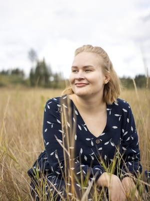 28-vuotias Ester Kortteenniemi asuu Jyväskylässä miehensä Janin, puolivuotiaan tyttärensä Selman ja Hilla-koiransa kanssa. Ester opiskelee psykiatriseksi sairaanhoitajaksi ja toimii vapaaehtoisena vertaistukijana itsemurhan tehneiden läheisille tarkoitetussa Surunauha ry:ssä.