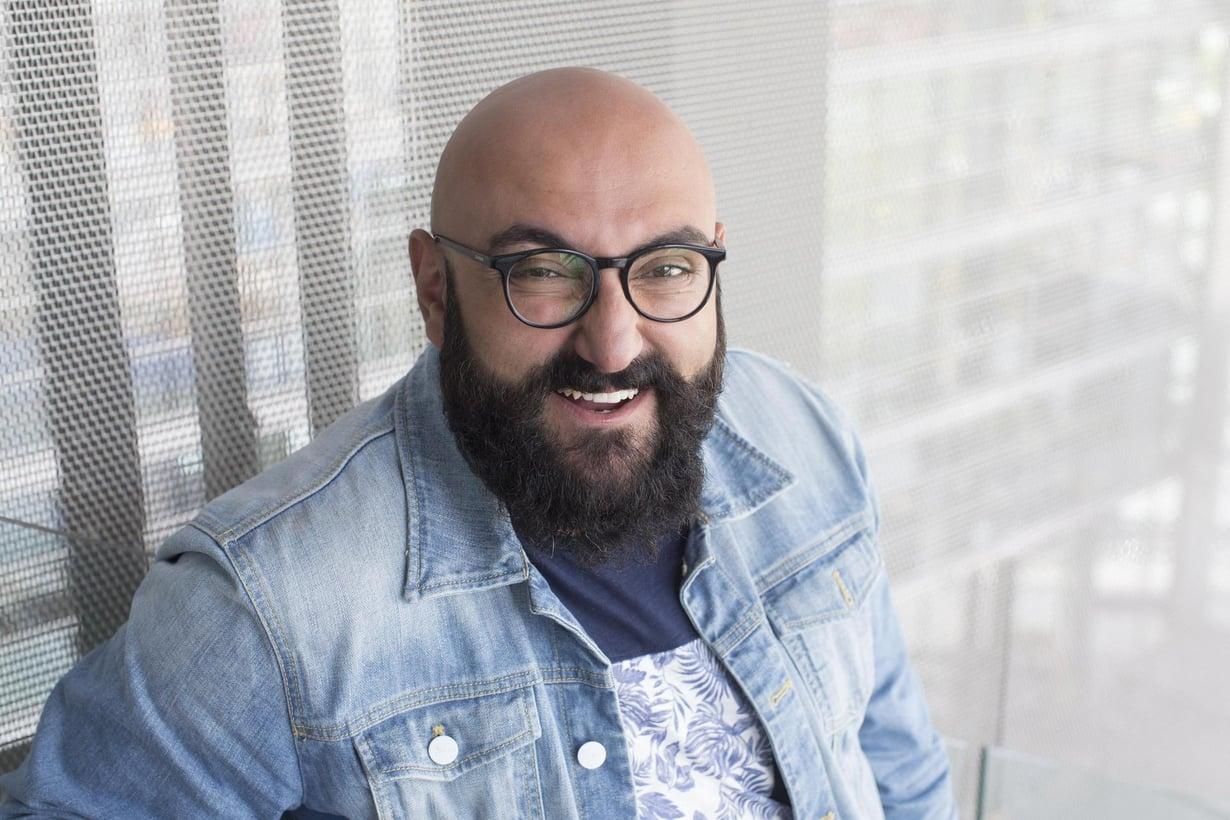 Stand up -koomikko Ali Jahangiri havainnoi suomalaisuutta televisio-ohjelmassaan Alias Lönnrot. Ohjelman voi katsoa Yle Areenassa.