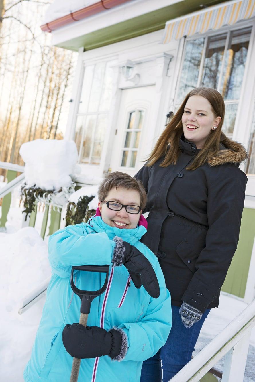 Inka Poikela palaa työkeikalta Ouln yliopistollisesta sairaalasta usein samaan aikaan, kun tytär Silja heräilee kouluun. Illalla molemmat lähtevät vapaaehtoishommiin.