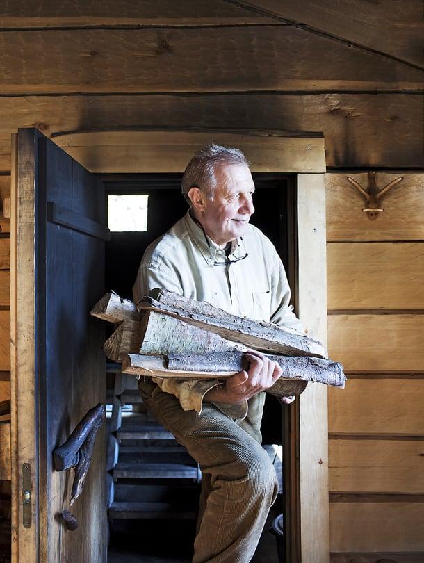 """Eläkkeellä oleva insinööri Ralf Nikander viihtyy mökillään. Hän puuhaa saunan parissa tavalla tai toisella joka päivä. """"Leppä ja pystyyn kuivunut kuusi antavat hyvät löylyt."""""""