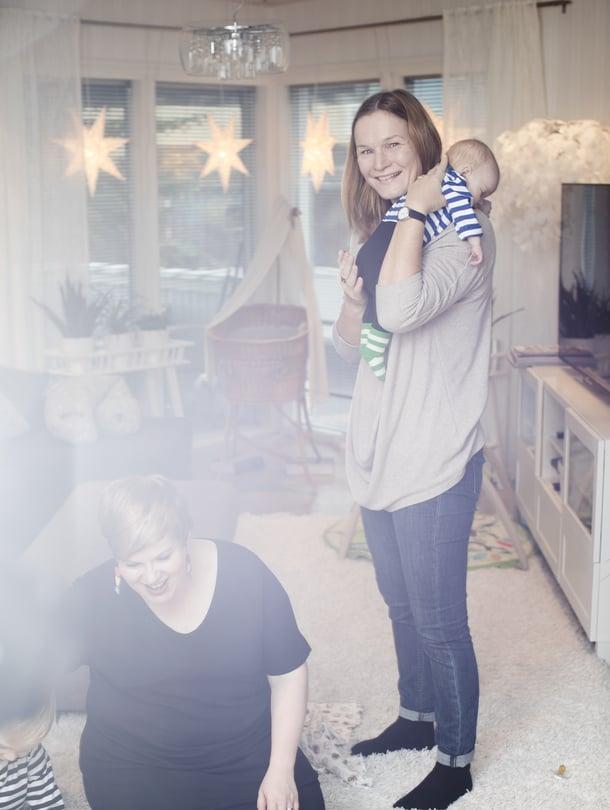 Sain kantaa Kaarloa, kun Aarnin ja Annikan Alias-peli oli ratkaisevasti kesken. Annika: Semmoinen, mitä voi grillata alakerran takassa? Aarni: Makkara.