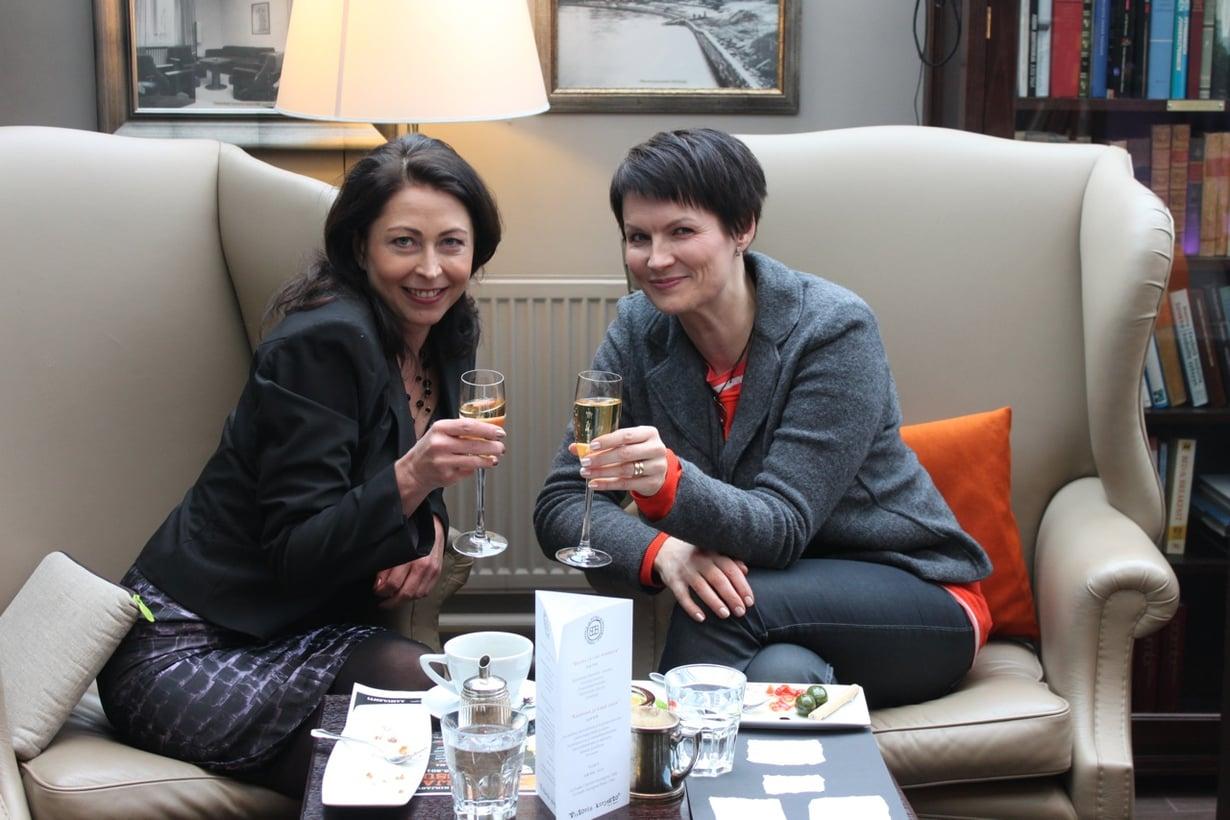 Kuvassa Riikka (vas.) ja Salla skoolaavat kirjanjulkistamistilaisuudessa vuonna 2012 . Viime vuonna he lupasivat kohottaa samppanjamaljat sitten, kun Riikka on terve.