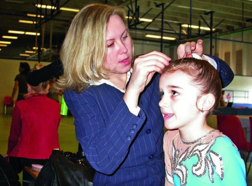 Valmentaja Larisa Gryadunova viimeistelee kahdeksanvuotiaan Katjan kilpailukampausta.