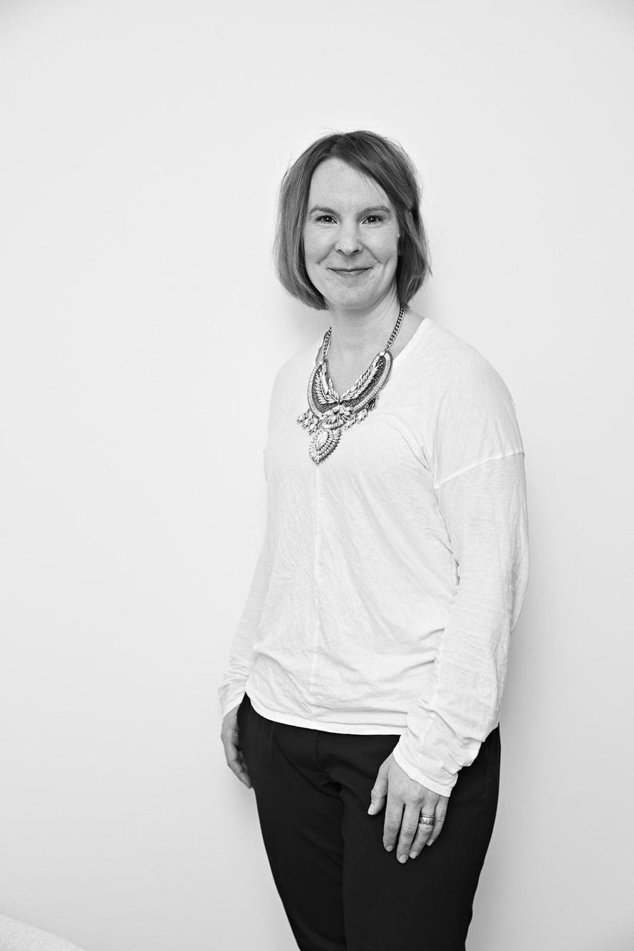 Psykologi ja psykoanalyytikko Anna Collander asuu Helsingissä. Anna raivaa yksinololle aikaa aina, kun pystyy.