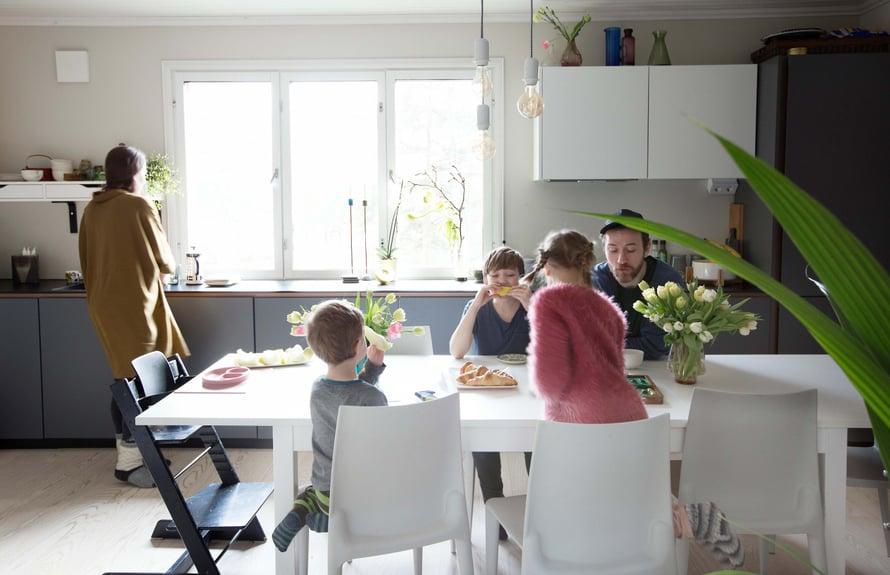 """""""Olemme melkein aina yhdessä keittiössä."""" Ikkunan vieressä Maria ja pöydässä Aivar, Marijus, Aimi sekä Andrius."""