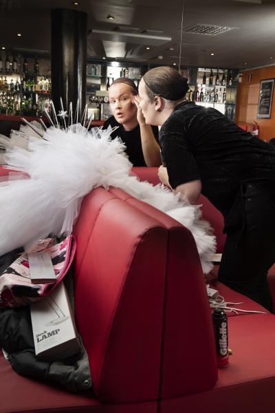 Naispuoliset ystävät auttoivat Villeä meikkaamisen alkuun.
