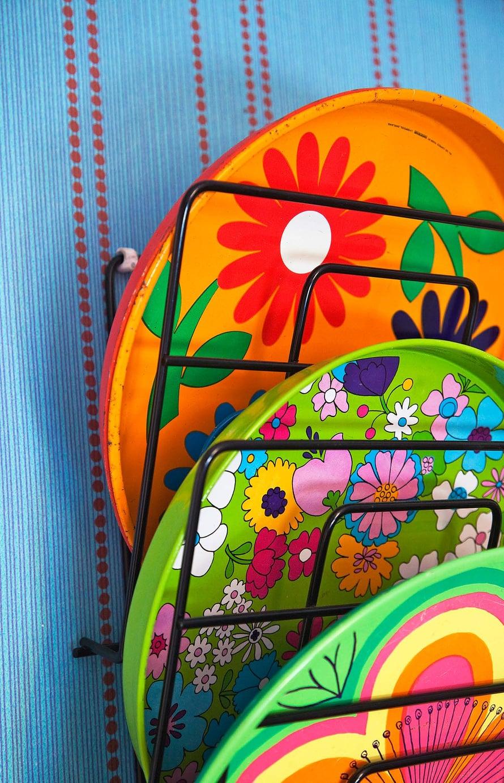 Suomalaisen muotoilijan Anita Wagnelin suunnittelemat kukat päätyivät tanskalaisen Iran peltituotteisiin suunnittelukilpailun voittona 1960-luvulla.