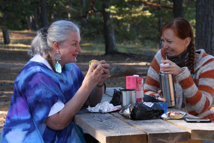 Päivi Kanerva ja Merja Miesvirta kuvaustauolla. Välillä naiset itkivät yhdessä, välillä nauroivat kippurassa jollekin ihan hupsulle. Päivi on oppinut, että nauru ei loukkaa surua ja kaipausta. Ne säilyvät silti.