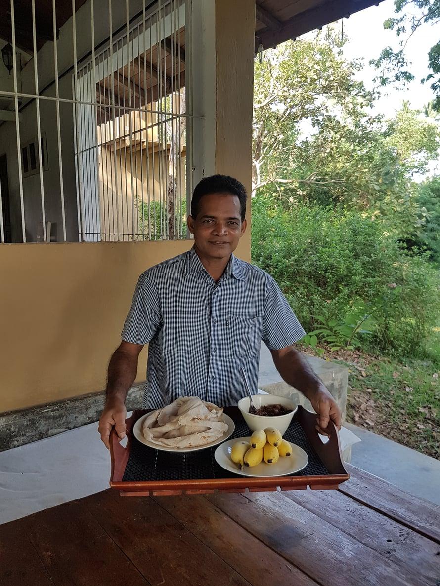 Ananda kokkasi viidakkotalon ruoat, aamiaiseksi tuli päivittäin joku curry, lettuja ja hedelmiä. Iltaisin hän loihti täydellistä Sri Lankalaista kotiruokaa ja opetti meille paikallisen ruoanlaiton saloja.
