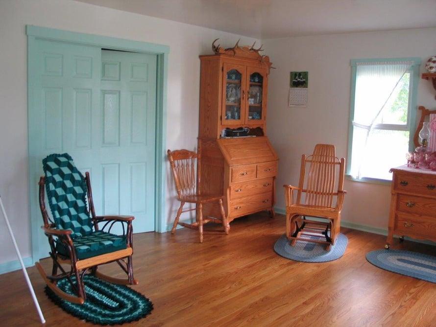 Huonekalut ovat itse tehtyjä. Monella amissimiehellä on oma puuverstas ja puusepän taidot kulkevat perheessä isältä pojalle.