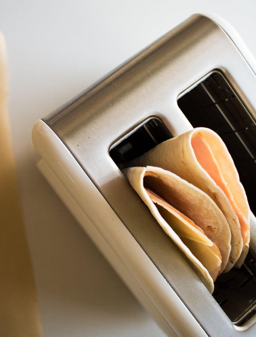 Leivänpaahdintortilla näyttää vaatimattomalta mennessään paahtimeen, mutta herkku on täydellistä, kun se pompsahtaa sieltä ulos!