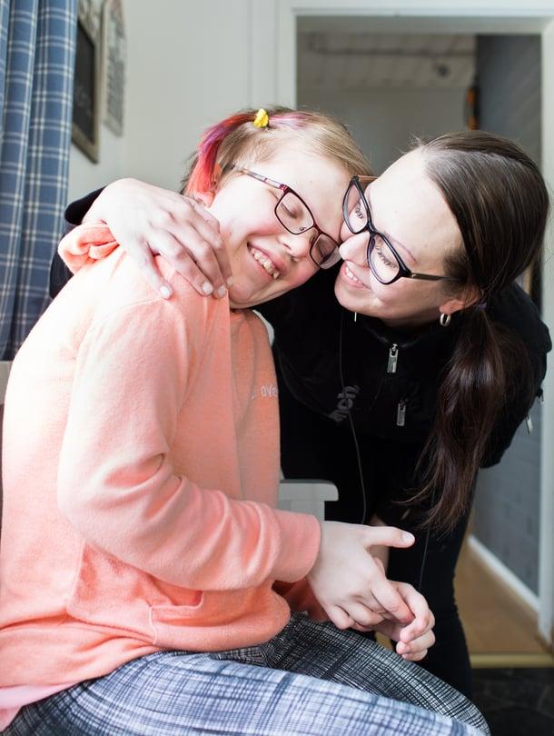 """Erja Hyvönen ei ole koskaan ajatellut, että hänen tyttärensä Alexandran paikka olisi muualla kuin kotona. """"Yhteiskunnan pitäisi arvostaa sitä päätöstä."""""""