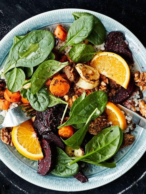 Lämmin salaatti on täydellinen ateria, kun siinä on paahdettuja juureksia ja appelsiinilla maustettua nyhtökauraa. Linkin ohra-juuressalaattiin löydät jutusta.