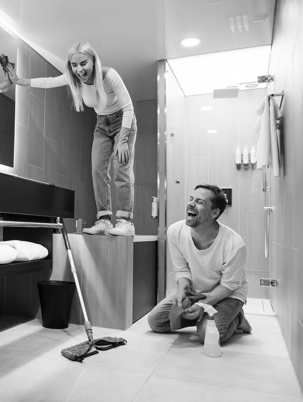 Kun Viivi muutti lapsuudenkodista, hän ei ollut koskaan imuroinut. Isoveli opetti siivoamaan.