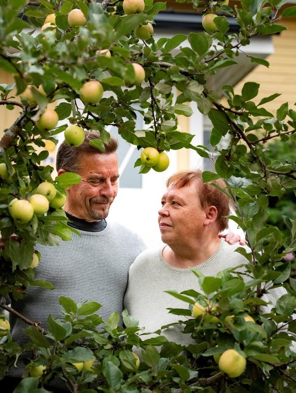 Paras puutarhailo on jaettu puutarhailo, Riitta-Maija ja Matti ajattelevat. Jos toinen huomaa toukokuisessa puutarhassa ensimmäisen keltavuokon ja toinen ei ole paikalla, asiasta lähetetään toiselle viesti: nyt näkyi.