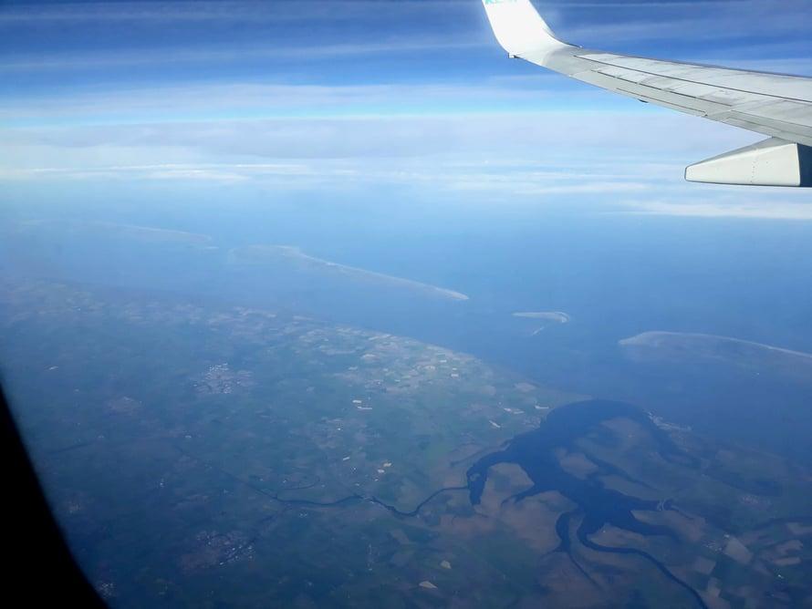 Taustalla meressä saaret Terschelling, Ameland, Schiermonnikoog, etualalla kaarevana vesistönä Lauwersmeer eli merestä padolla erotettu lahti, josta tuli siten järvi.