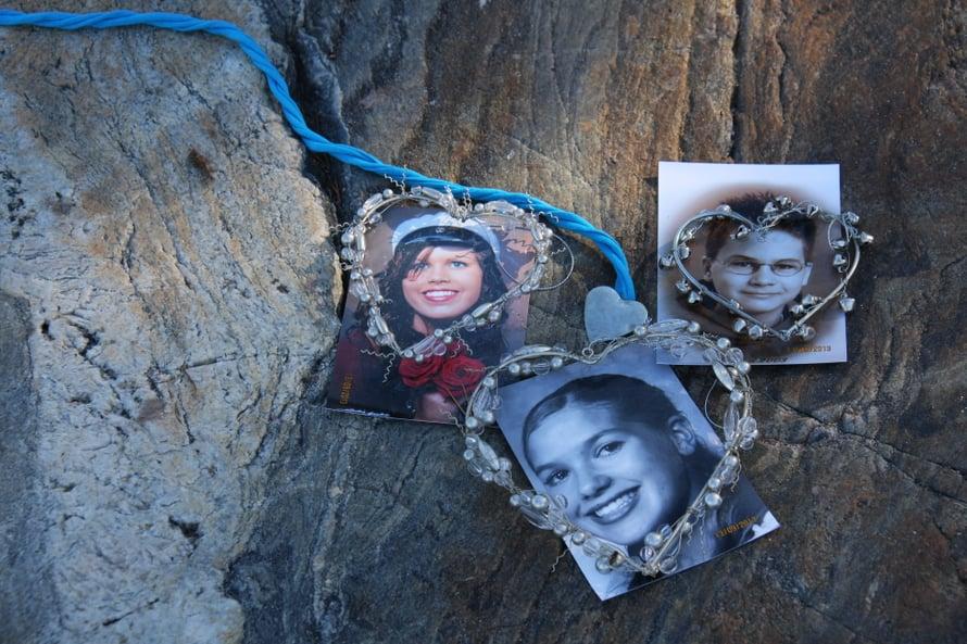 19-vuotias Elina, 16-vuotias Suvi ja 14-vuotias Aleksi menehtyivät tapaninpäivän tsunamissa Thaimaassa 2004. Päivi Kanerva sai varmuuden lastensa kohtalosta vasta seuraavana keväänä, kun heidät oli tunnistettu hammaskarttojen ja DNA-näytteiden avulla.