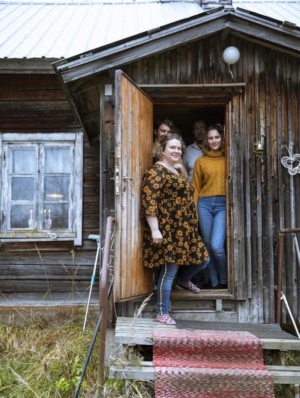 Tässä on Meron perheen koti, heille paras paikka maailmassa. Mari (edessä) kysyi ennen muuttoa monta kertaa lastensa Idan, Villen ja Kian mielipidettä. Sitten päätettiin kokeilla.