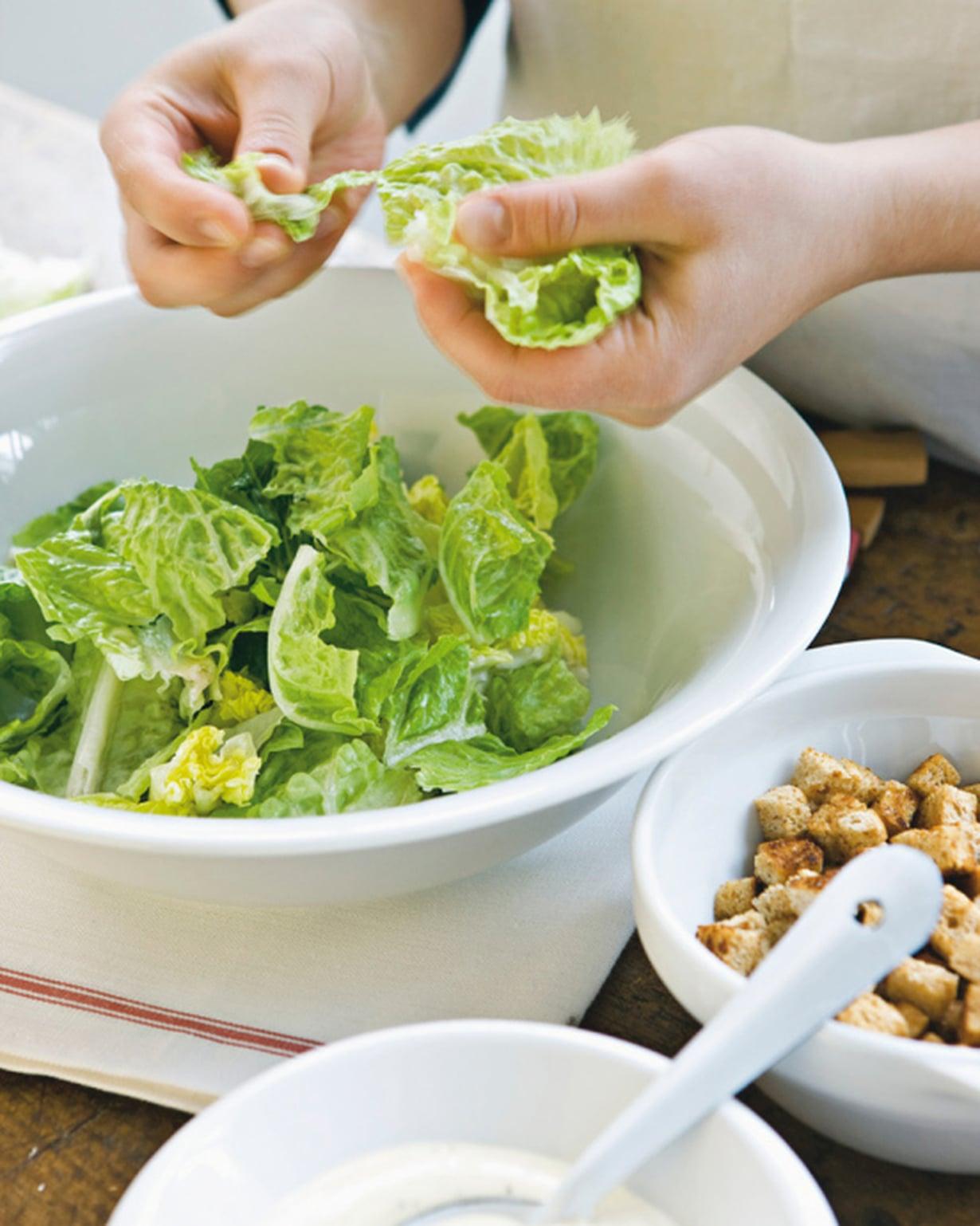 Revi salaatti kulhoon. Ruukkusalaatteja ei tarvitse pestä.