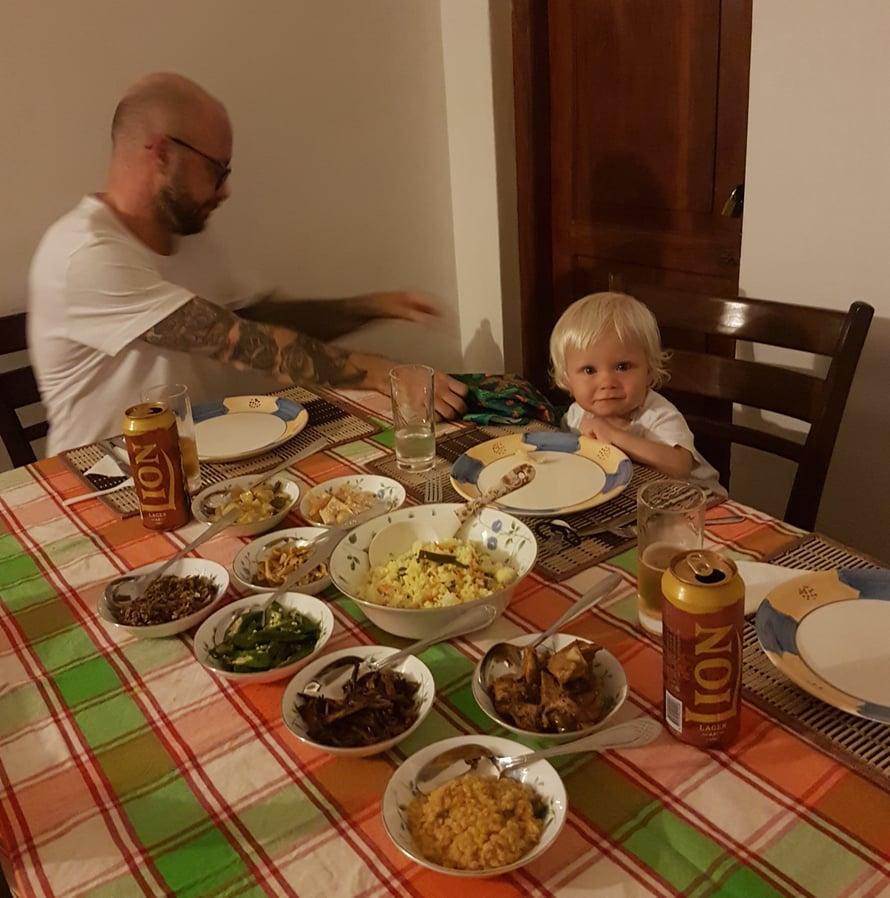 Rice & Curry on taivaallinen elämys ja tämän aterian söimme ison omakotitalon terassilla pyöritetyssä ravintolassa Nuwara Eliyassa.