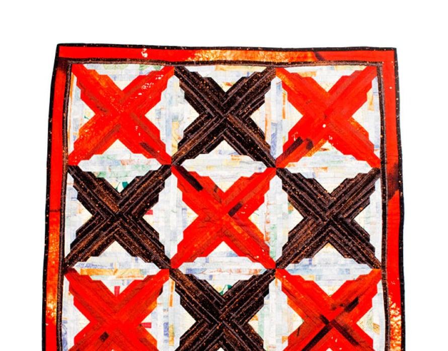 Käsin tikatun seinävaatteen nimi on Rakkauskirjeitä. Punainen kangas on hankittu Marimekon alennusmyynnistä, beige-ruskea kangas on ollut verhona saaristossa.