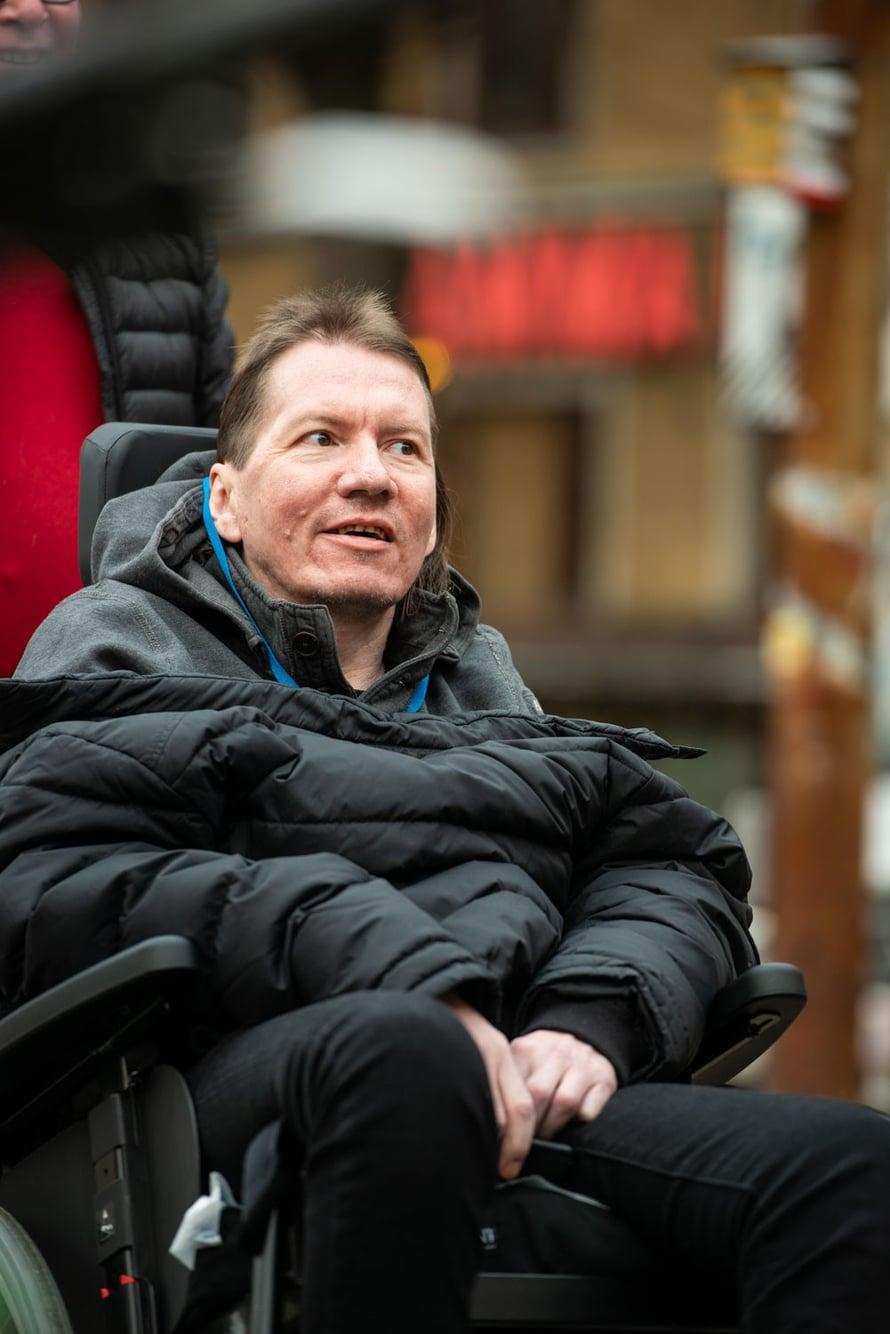 Panu Laturi, 48, on sairauslomalla viestintätoimiston toimitusjohtajan työstä. Hän on toiminut politiikassa 18-vuotiaasta asti, muun muassa Vihreiden puoluesihteerinä. Perheeseen kuuluvat vaimo Laura Rissanen sekä pojat Viljami, 9, ja Valtteri, 7. Panu pahoinpideltiin, kun hän oli työmatkalla Brysselissä joulukuussa 2019.