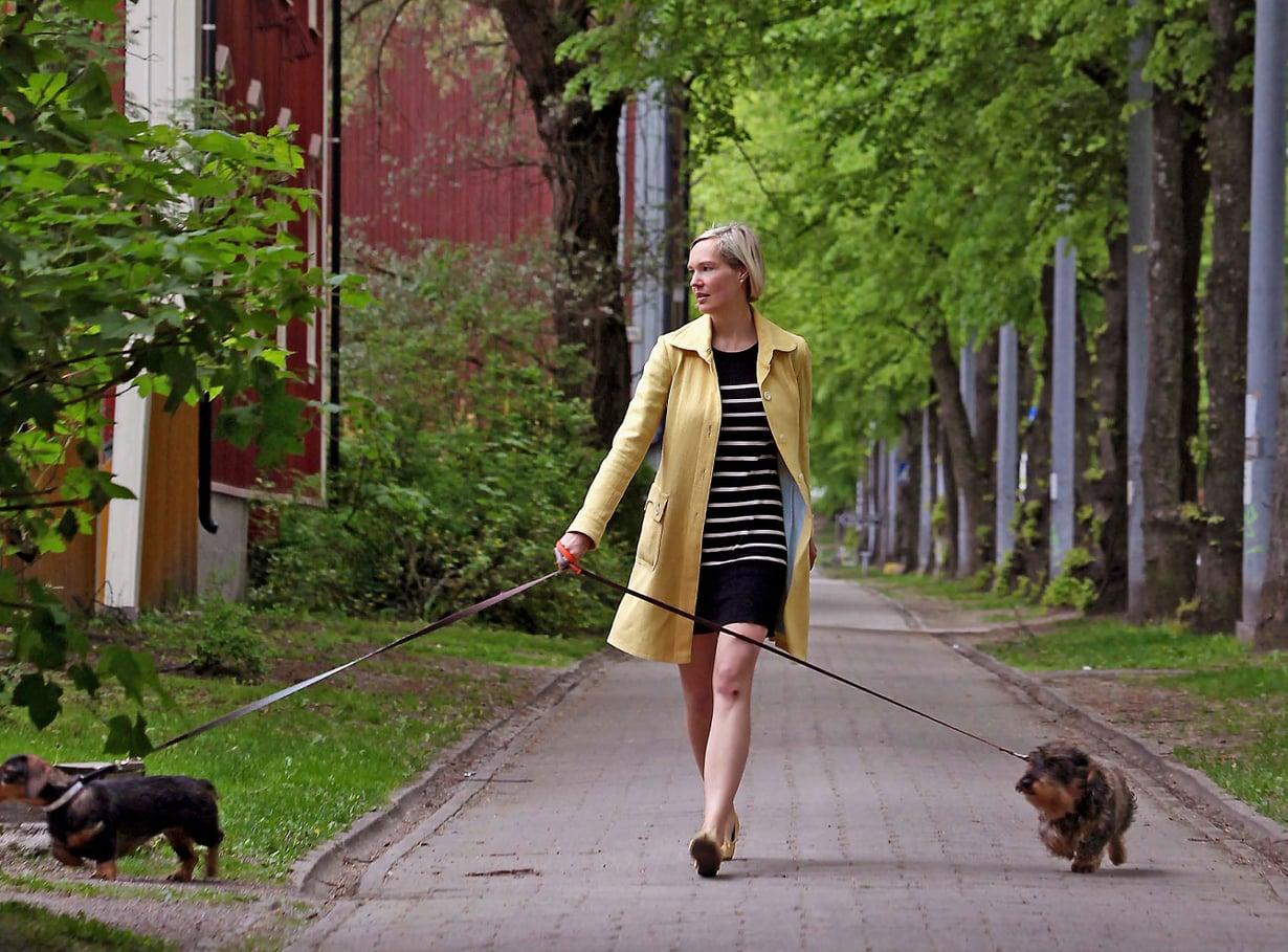 """Riikka koirineen Helsingin Käpylässä. """"Koko elämäni minulla on ollut koira. Jos joskus ei ole, tarvitsisin kummikoiran."""""""