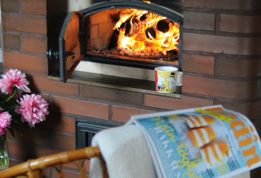 Kuva on otettu Ikaalisissa leivinuunin loisteessa, ilman lämpenemistä ja sateen loppua odotellessa... Nautin ihanasta hehkusta ja loistavasta lehdestä! - Maija-Liisa Järvinen