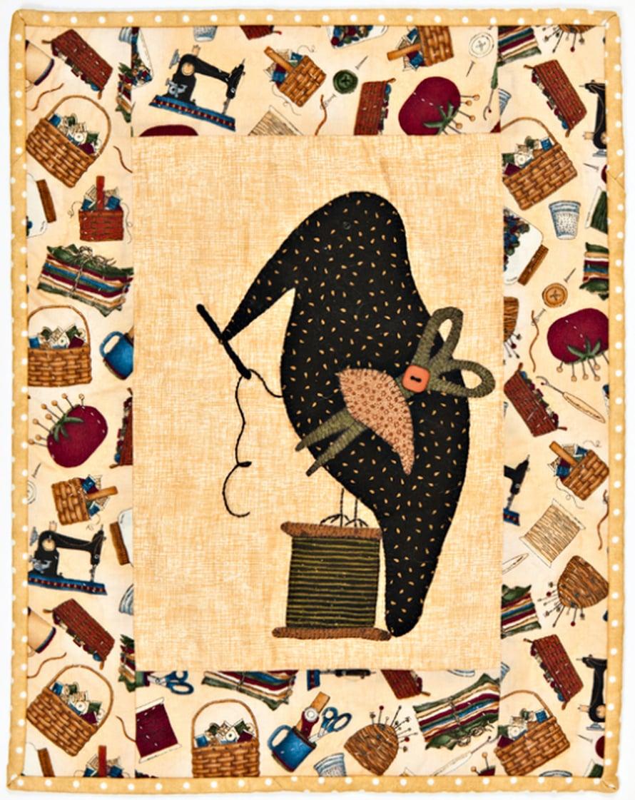 Liisan suunnittelema varis hurmasivat myös Tilkulliset. Kiltalaiset ompelivat niitä kukin omista suosikkikankaistaan.