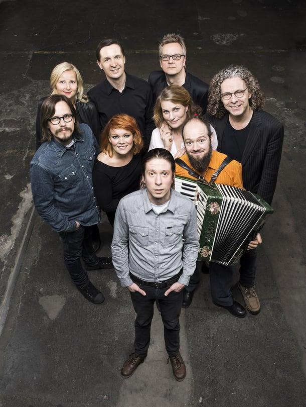 Heimo Hatakan 50-vuotisjuhlakonsertissa toukokuussa 2015 esiintyivät Anna Puu, Jonna Järnefelt, Jukka Leppilampi ja lauluyhtye Viisi. Hatakka itse on kuvassa takarivissä toinen vasemmalta.
