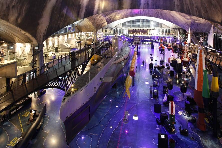 Merimuseo Lentosatama on kävelymatkan päässä satamasta ja vanhasta kaupungista. Museo on hienossa vesilentokonehangaariksi sata vuotta sitten rakennetussa rakennuksessa.