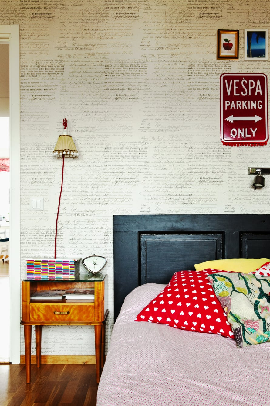Vanhasta ovesta tehdyssä sängynpäädyssä saa näkyä ajan patina. Oven voi kiinnittää suoraan seinään, tai rakentaa sille omat jalat. Kuva:Sofi Sykfont