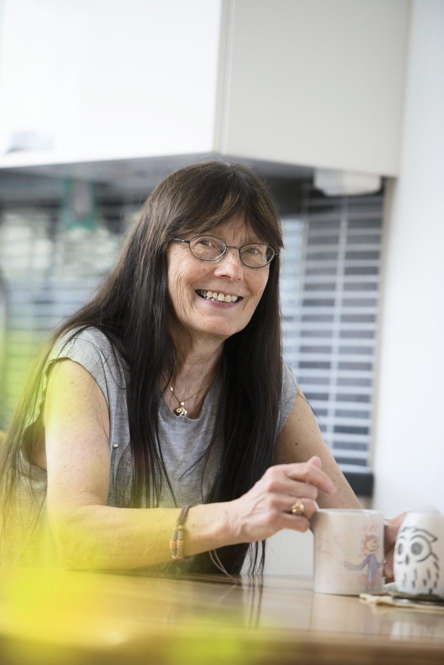 Anja Fagerström on 63-vuotias espoolainen perhepäivähoitaja. Hän on tyttärensä Suvin, 29, omaishoitaja. Suvin siskot Satu, 36, ja Taru, 33, pitävät tiiviisti yhteyttä äitiinsä.