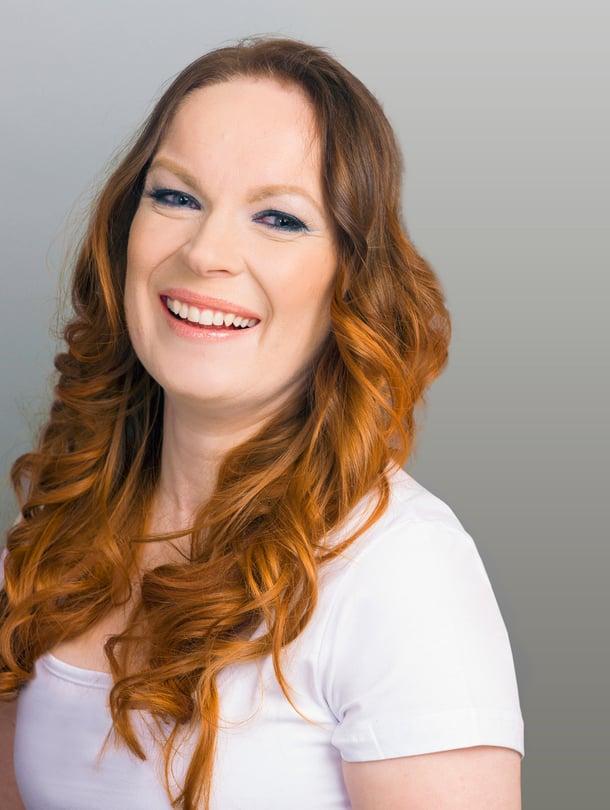 Marjo Hytönen saa uudistumispäivässä hiuksiin sähkäkän liukuvärin.