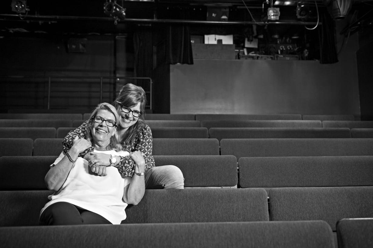 """Kun Sanna parikymppisenä tuli töihin äitinsä perustamaan teatteri Hevosenkenkään, hän kutsui Kirsiä sielläkin äidiksi. """"Se aiheutti joskus hassuja tilanteita  virallisissa yhteyksissä"""", Kirsi sanoo."""