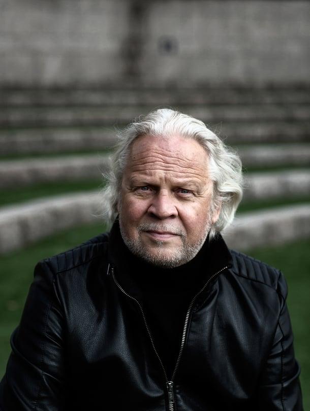 Oopperalaulaja Sauli Tiilikainen asuu Helsingissä vaimonsa kanssa. Hänellä on ensimmäisestä avioliitostaan kolme lasta, joista keskimmäinen kuoli 32-vuotiaana.