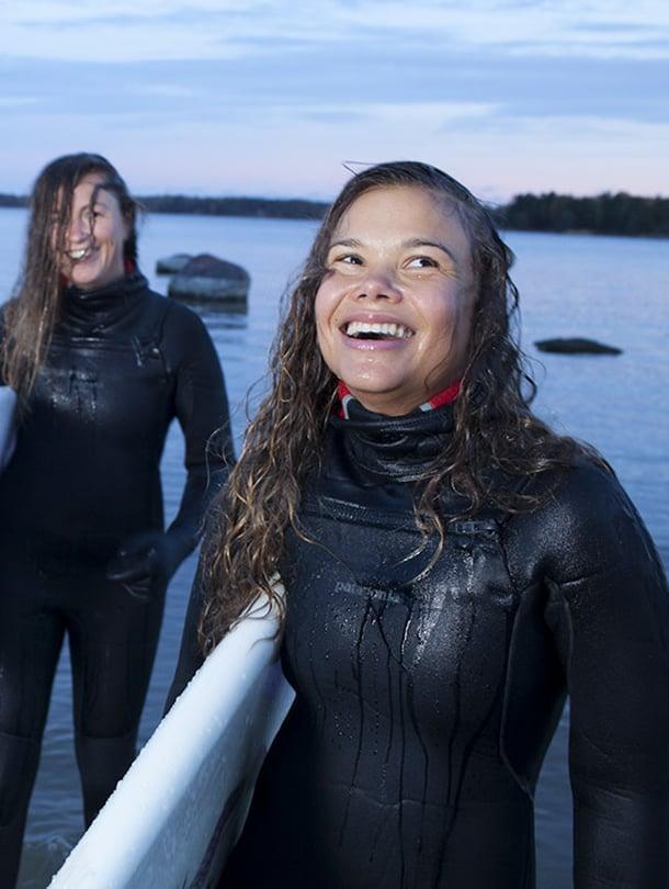 Surffaamista harrastavat Aino Huotari ja Pauliina Toivanen kunnioittavat merta ja luonnonvoimia.