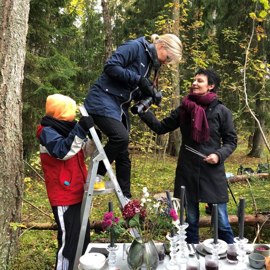 Valokuvaaja Anna Huovinen ja ruokatoimittaja Christina Aaltio tarkastavat, että kuvat ovat taatusti toivotunlaisia. Kuvausjärjestelijä Kirsten Reuter varmistaa, etteivät tikkaat petä.
