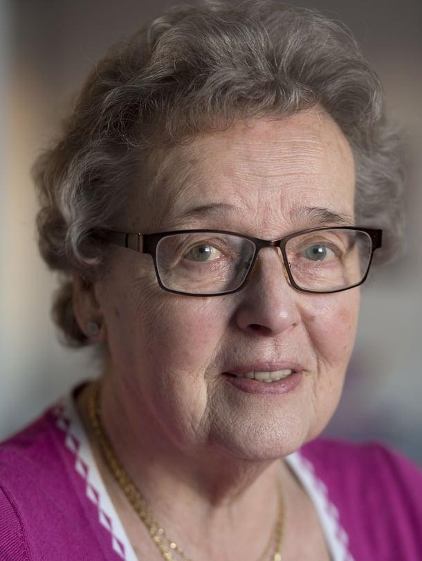 """Kerttu Kudjoi, 84, on asunut Ruotsissa 61 vuotta, mutta tuntee itsensä yhä perisuomalaiseksi. """"Lauloin suomalaisessa kuorossa, ennen kuin korona laittoi laulut tauolle. Maanantai-iltaisin kodin suomalaisten naisten kanssa räsymattoja."""""""