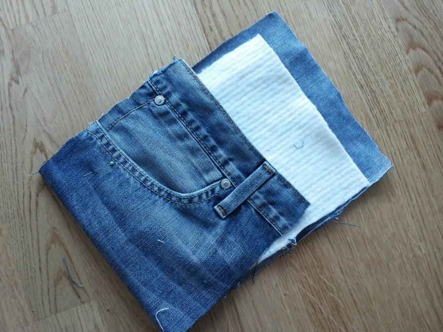 Patalappua varten leikkaa farkkujen vasemmanpuoleisen taskun kohdalta 20 cm leveä ja 44 cm pitkä pala. Leikkaa vanusta tai huovasta 18 cm leveä 20 cm pitkä pala. Taita farkkukangas kahtia ja laita vanupala väliin. Ompele koneella kankaan oikealta puolelta 1/2 cm:n päästä reunat kiinni. Tee viereen toinen tikkaus.